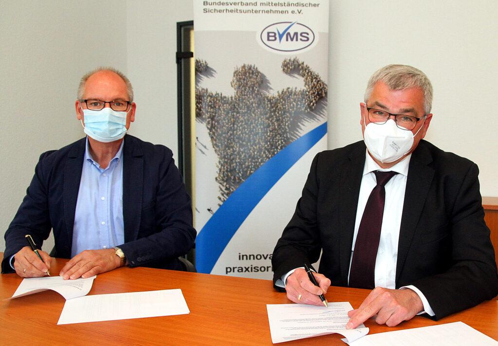 Marcus Schulte-Terhusen, Finanzvorstand bei ISA (l.) und BVMS-Präsidentz Klaus Bouillon bei der Unterzeichnung der Kooperationsvereinbarung.